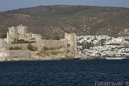El castillo de San Pedro protegiendo la ciudad de BODRUM, antigua Halicarnaso. Costa del mar Egeo. Turquia