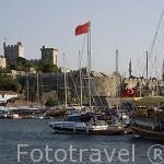 Barcos veleros en el muelle, detras el castillo de San Pedro. Ciudad de BODRUM, antigua Halicarnaso. Costa del mar Egeo. Turquia