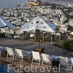 La ciudad de BODRUM, antes Halicarnaso y el castillo de San Pedro vistos desde el hotel The Marmara. Costa del mar Egeo. Turquia