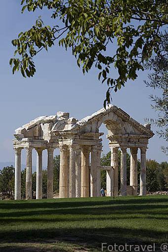 Puerta de Toren Kapisi. El templo de Aphrodita / Afrodita. s.I. a.C. Con dobles columnas y un atrio.Ruinas de AFRODISIAS / APHRODISIAS, en el monte de Baba Dagi. Egeo. Turquia