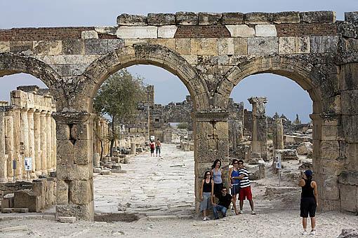 Puerta de Domiciano flanqueada por dos torres. s.I. d.C. Ruinas de HIERAPOLIS. Egeo. Turquia