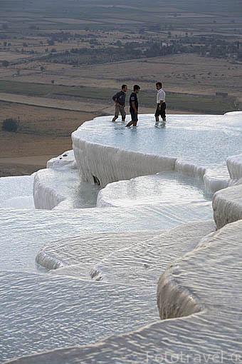 Piscinas naturales calcareas en PAMUKKALE o castillo de Algodon. Cerca de las ruinas de Hierapolis. Turquia