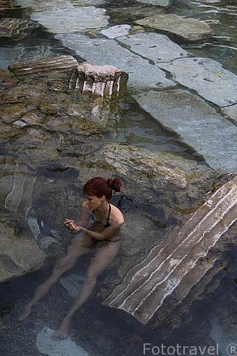 Piscinas naturales en el interior del museo PAMUKKALE o castillo de Algodon / HIERAPOLIS. Con restos de columnas en el fondo. Cerca de las ruinas de Hierapolis. Turquia
