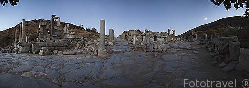 Panoramica sobre la via de Curetes, al fondo a la derecha el templo de Domiciano. A la izquierda el el monumento de Memmio, s.I.d.C. Ruinas de EFESO / EPHESUS. Egeo. Turquia