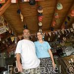 Hassan y su esposa Vesile. Restaurante Hassan con vistas al mar Mediterraneo. Pueblo pesquero de KEKOVA. Provincia de Antalya. Turquia