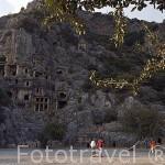 Ruinas de MYRA. Ciudad perteneciente a la liga Lycia. A la izquierda la necropolis excavada en la pared rocosa. Provincia de Antalya. Turquia