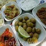 Tapas variadas con las aceitunas como aperitivo principal. Provincia de Antalya. Turquia