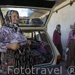 Señora vendedora ambulante de ropa y telas cerca del pueblo de CIGLIK. Provincia de Antalya. Turquia