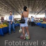 Muchos turistas rusos compran en el mercado del puerto. Ciudad de ANTALYA. Provincia de Antalya. Turquia