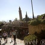 Calles comerciales parten desde la plaza central de ANTALYA. Turquia