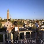 Mirador sobre la ciudad de ANTALYA. Al fondo el minarete Seljuk de Yivli. Ordenado construir por el Sultan Alaeddin Keykubad I entre el 1219-1238. Tiene 38 metros de altura. Turquia