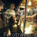 Señora vendiendo caramelo en su puesto ambulante. Galeria comercial Ataturk. Ciudad de ANTALYA. Turquia
