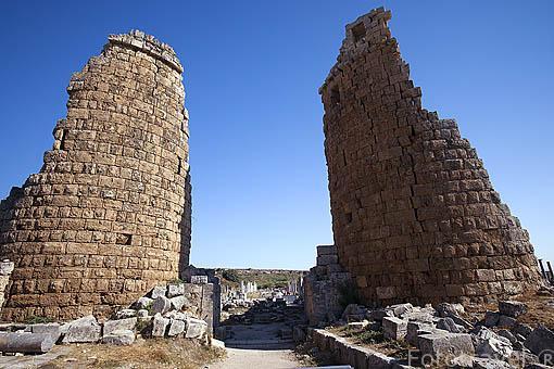 Dos torres de la puerta Helenistica, s.III a.C custodiaban las ruinas de la ciudad de PERGE. Conquistada por Alejandro Magno en el 333 a.C. Turquia