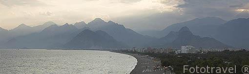 La playa de Konyaalti es muy conocida por los veraneantes de la ciudad de ANTALYA por su cercania y extensión. Mar Mediterraneo. Turquia