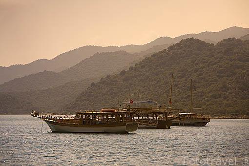 Barcos de madera llamados Caiques junto a las costas de UCAGIZ. Mar Mediterraneo. Provincia de Antalya. Turquia
