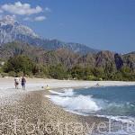 Playa de cantos rodados. Al fondo la montaña Pey. Junto a las ruinas de OLYMPOS. Provincia de Antalya. Turquia