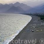 Playa de Konyaalti a las afueras de la ciudad de ANTALYA al fondo las montañas de Massicyto, parte de la cordillera de Taurus. Mar Mediterraneo. Turquia