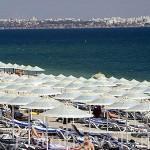 Sombrillas y turistas. Playa de Konyaalti a las afueras de la ciudad de ANTALYA. Mar Mediterraneo. Turquia