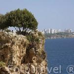 Mirador de Konyaalti, al fondo se puede ver la ciudad de ANTALYA sobre los acantilados. Mar Mediterraneo. Turquia