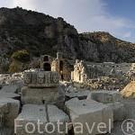 Ruinas de MYRA. Ciudad perteneciente a la liga Lycia. A la derecha el antiguo teatro griego a la izq. La necropolis excavada en la pared rocosa. Provincia de Antalya. Turquia