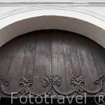 Detalle de la puerta principal. Iglesia de la Merced (data de 1536, barroco sencillo). Santiago de CALI. Valle del Cauca. Colombia