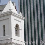 Iglesia de la Merced ((1536) y modernos edificios de oficinas. Santiago de CALI. Valle del Cauca. Colombia