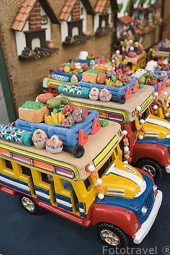 Chiva (autobuses de colores). Puestos de venta de productos tipicos y turisticos. Parque artesanal Lomas de San Antonio. Santiago de CALI. Valle del Cauca. Colombia