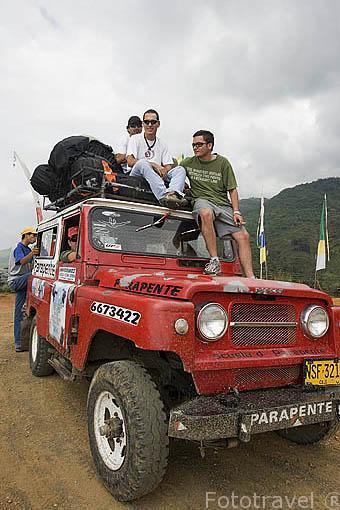 Turistas ascendiendo en vehiculo 4x4 para lanzarse en parapente. Complejo turistico Territorio Paraiso con vistas sobre el valle del Cauca. COLOMBIA.