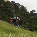 Turistas lanzandose en parapente. Complejo turistico Territorio Paraiso con vistas sobre el valle del Cauca. COLOMBIA.