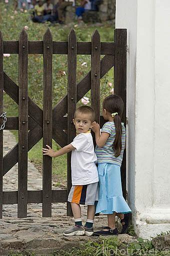 Niños a la entrada de la Hacienda El Paraiso. Valle del Cauca. Colombia