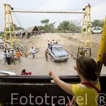 Vehiculos entrando en el ferry. MAGANGUE para atravesar el rio Magdalena. Colombia. Suramerica