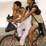 Chicas en bicicleta. Ciudad colonial de MOMPOX. Patrimonio de la Humanidad, UNESCO. Isla más grande de Suramerica. Colombia. Suramerica