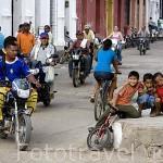 Calle Esquina de la Compañia y chicos. Ciudad colonial de MOMPOX. Patrimonio de la Humanidad, UNESCO. Isla más grande de Suramerica. Colombia. Suramerica