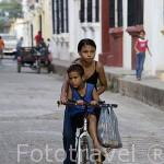 Jovenes en bicicleta. Ciudad colonial de MOMPOX. Patrimonio de la Humanidad, UNESCO. Isla más grande de Suramerica. Colombia. Suramerica