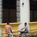 Vendiendo quesillos en la calle Real del Medio.Ciudad colonial de MOMPOX. Patrimonio de la Humanidad, UNESCO. Isla más grande de Suramerica. Colombia. Suramerica