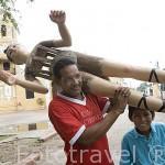 Preparando a unos maniquies para vestirlos en Semana Santa. Ciudad colonial de MOMPOX. Patrimonio de la Humanidad, UNESCO. Isla más grande de Suramerica. Colombia. Suramerica