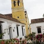 Calle e iglesia de San Agustin.Ciudad colonial de MOMPOX. Patrimonio de la Humanidad, UNESCO. Isla más grande de Suramerica. Colombia. Suramerica