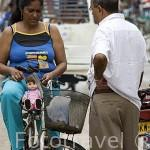 Chica en bicicleta con una muñeca. Ciudad colonial de MOMPOX. Patrimonio de la Humanidad, UNESCO. Isla más grande de Suramerica. Colombia. Suramerica