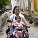 Chicas en moto. Ciudad colonial de MOMPOX. Patrimonio de la Humanidad, UNESCO. Isla más grande de Suramerica. Colombia. Suramerica