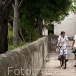 Calle Albarrada de San Rafael y estudiantes. Ciudad colonial de MOMPOX. Patrimonio de la Humanidad, UNESCO. Isla más grande de Suramerica. Colombia. Suramerica