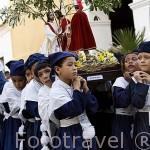 Jovenes preparados para desfilar en la Semana Santica. Ciudad colonial de MOMPOX. Patrimonio de la UNESCO. Colombia. Suramerica