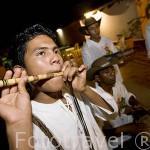 """Tocando el """"Millo"""", especie de flauta, hecho con la madera de millo. MOMPOX. Colombia. Suramerica"""