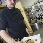 El cocinero Alfredo Dueñas preparando un plato de su creacion. Restaurante La Casona de la Abuela. POZOBLANCO. Los Pedroches. Cordoba