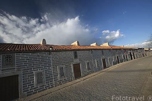 """Arquitectura popular """"Fachadas de tiras"""" con sillares graniticos remarcados por blancas tiras.Pueblo de AÑORA. Comarca de Los Pedroches. Cordoba"""