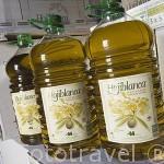 Bidones de plastico de 5L con aceite de oliva virgen extra. Olivarera Ntra. Sra. del Carmen. En HINOJOSA DEL DUQUE. Comarca de Los Pedroches. Cordoba. España