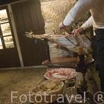 Cortando finas lonchas de jamon de bellota. Restaurante La Puerta Falsa. VILLANUEVA DE CORDOBA. Comarca de Los Pedroches. Cordoba. España
