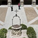Fuente. Patio de Santo Tomas de Villanueva. Herreriano, 3 cuerpos de arcos sustentados por columnas.Universidad de ALCALA DE HENARES. Ciudad patrimonio Unesco. Madrid. España