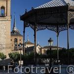 Plaza de Cervantes, antigua plaza del Mercado. Al fondo se ve la capilla del Oidor y su torre. ALCALA DE HENARES. Ciudad patrimonio Unesco. Madrid. España