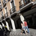 La calle Mayor, la mas grande de España soportalada, con casas del s.XV al XIX, antigua juderia. ALCALA DE HENARES. Ciudad patrimonio Unesco. Madrid. España