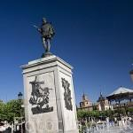 Plaza de Cervantes y escultura, antigua plaza del Mercado. Al fondo se ve la capilla del Oidor y su torre. ALCALA DE HENARES. Ciudad patrimonio Unesco. Madrid. España